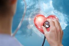 lekarka słucha serce zdjęcia stock