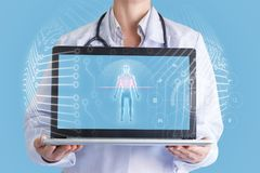 Lekarka skanuje pacjenta na komputerze fotografia stock