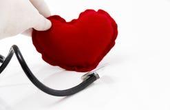 Lekarka stetoskop słucha zdrowy czerwony serce Zdjęcie Stock