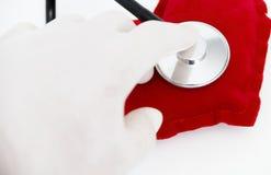 Lekarka stetoskop słucha zdrowy czerwony serce Fotografia Royalty Free