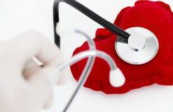 Lekarka stetoskop słucha zdrowy czerwony serce Zdjęcia Stock