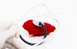 Lekarka stetoskop słucha zdrowy czerwony serce Obraz Stock