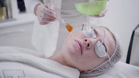 Lekarka stosuje specjalnego gel pacjent Anty tr?dzika ?wiat?olecznictwo z fachowym wyposa?eniem pi?kna kobieta zdjęcie wideo