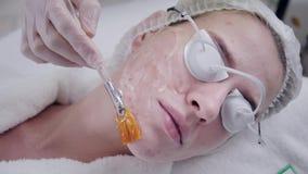 Lekarka stosuje specjalnego gel pacjent Anty tr?dzika ?wiat?olecznictwo z fachowym wyposa?eniem pi?kna kobieta zbiory wideo