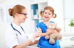 Lekarka trzyma wtryskowego szczepienia dziecka Fotografia Stock