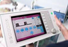 Lekarka utrzymuje ekran sensorowego urządzenie medyczne fotografia royalty free