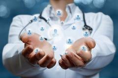 Lekarka utrzymuje w ręce drużyny specjaliści obrazy stock