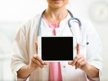 Lekarka w białym żakiecie z stetoskopem pokazuje pustą cyfrę Zdjęcie Royalty Free