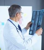 Lekarka w biurze egzamininuje pacjenta promieniowanie rentgenowskie obrazy stock