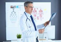 Lekarka w biurze egzamininuje pacjenta promieniowanie rentgenowskie obraz royalty free