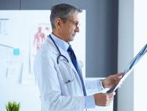 Lekarka w biurze egzamininuje pacjenta promieniowanie rentgenowskie zdjęcia royalty free