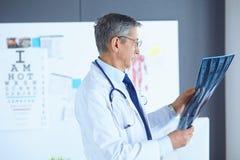 Lekarka w biurze egzamininuje pacjenta promieniowanie rentgenowskie zdjęcia stock