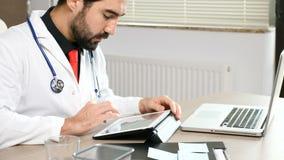 Lekarka w jego biurze przy laptopem zdjęcie wideo