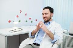 Lekarka w konsultacji z cierpliwym obsiadaniem przed on Obraz Stock