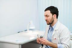 Lekarka w konsultacji z cierpliwym obsiadaniem przed on Zdjęcia Royalty Free