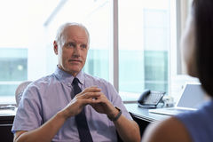 Lekarka W konsultacji z Żeńskim pacjentem W biurze Zdjęcia Stock