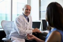 Lekarka W konsultacji z Żeńskim pacjentem W biurze Zdjęcia Royalty Free