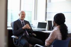 Lekarka W konsultacji z Żeńskim pacjentem W biurze Fotografia Royalty Free