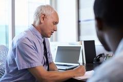 Lekarka W konsultacji z Męskim pacjentem W biurze Obrazy Stock