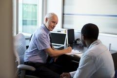 Lekarka W konsultacji z Męskim pacjentem W biurze Zdjęcie Stock