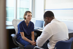 Lekarka W konsultacji z Przygnębionym Męskim pacjentem Zdjęcia Royalty Free
