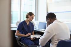 Lekarka W konsultacji z Przygnębionym Męskim pacjentem Zdjęcie Royalty Free