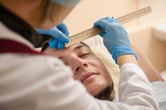 Lekarka w lateksowego rękawiczka czeka cierpliwej twarzy z władcą zdjęcie stock