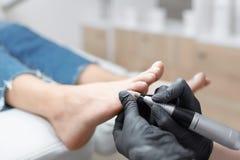 Lekarka w rękawiczkach robi procedurze dla stopy z specjalnym wyposażeniem Obrazy Royalty Free