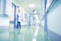 Lekarka w szpitalnym korytarzu, unfocused tło
