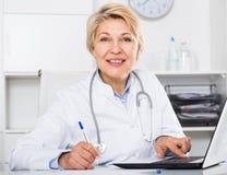 Lekarka w togi czekaniu dla pacjenta Fotografia Stock