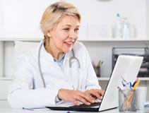 Lekarka w togi czekaniu dla pacjenta Fotografia Royalty Free