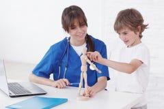 Lekarka wyjaśnia medycynę dziecko Obrazy Royalty Free