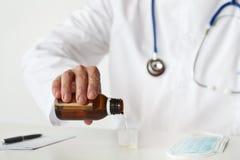 Lekarka Wypełnia Kaszlowego syrop Fotografia Stock