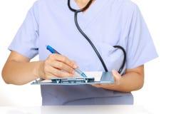 Lekarka wypełnia out medyczną mapę Zdjęcie Royalty Free