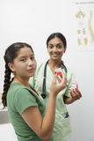 Lekarka Z dziewczyny mienia medycyną W Ciekłej miarze Obrazy Royalty Free