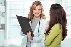 Lekarka z żeńskim pacjentem Życzliwa, Szczęśliwa lekarka z Stethosc, Zdjęcie Stock