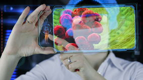 Lekarka z futurystyczną hud ekranu pastylką Bakterie, wirus, drobnoustrój zdjęcie wideo