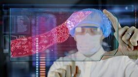 Lekarka z futurystyczną hud ekranu pastylką Zapchana arteria cholesterolu plakieta Medyczny pojęcie przyszłość royalty ilustracja