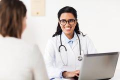 Lekarka z laptopu i kobiety pacjentem przy szpitalem Zdjęcia Royalty Free