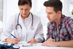 Lekarka z męskim pacjentem Obrazy Stock