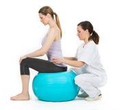 Lekarka z medycznym piłki i kobiety pacjentem Obraz Royalty Free