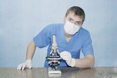 Lekarka z mikroskopem Zdjęcie Royalty Free