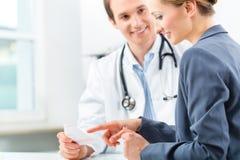 Lekarka z pacjentem w kliniki konsultować Zdjęcie Stock