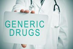 Lekarka z signboard z tekstów lekami generycznymi Zdjęcia Stock