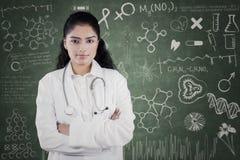 Lekarka z skrobaniną na blackboard Zdjęcia Royalty Free