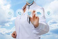 Lekarka z stetoskopem jako ochrona zdrowie Obrazy Royalty Free