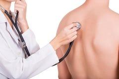 Lekarka z stetoskopem słucha pacjenta odizolowywającego Obrazy Stock