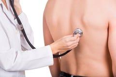 Lekarka z stetoskopem słucha pacjenta Fotografia Royalty Free