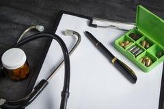 Lekarka zestaw: stetoskop, zbiornik z pigułkami i pióro z papką, zdjęcia stock