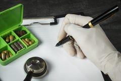 Lekarka zestaw: stetoskop, zbiornik z pigułkami i pióro z papką, obrazy stock